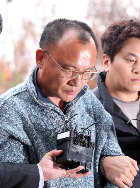 회사 직원 폭행 등의 혐의로 경찰에 체포된 양진호 한국미래기술 회장이 지난 7일 오후 수원시 장안구 경기남부지방경찰청으로 호송되고 있다. 김경록 기자