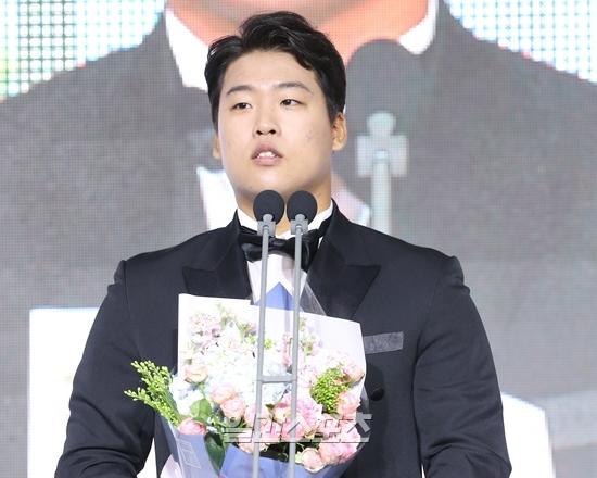 신인왕을 수상한 강백호는 김진욱 전 KT감독에게 감사 인사를 빼먹지 않았다.