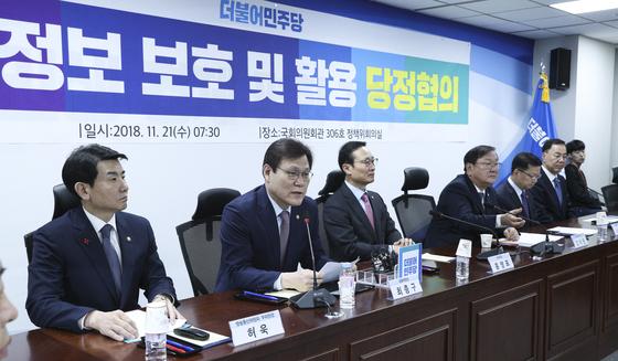 '개인정보 보호 및 활용' 당정협의가 21일 오전 서울 여의도 국회 의원회관에서 열렸다. 최종구 금융위원장(왼쪽 둘째)이 모두발언을 하고 있다. 임현동 기자