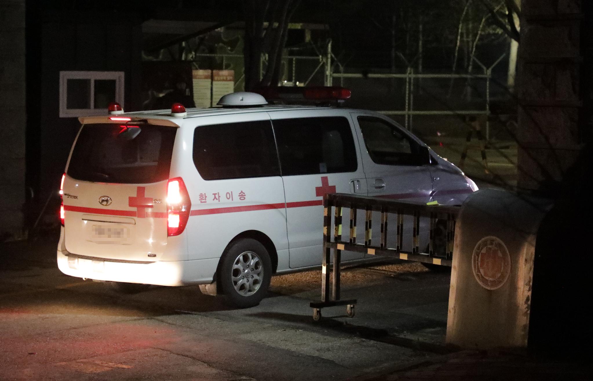 지난 16일 오후 5시쯤 강원 양구군 GP(감시초소) 내 화장실에서 머리에 총상 사고로 숨진 김모 일병이 홍천국군병원으로 후송되고 있다. [뉴스1]
