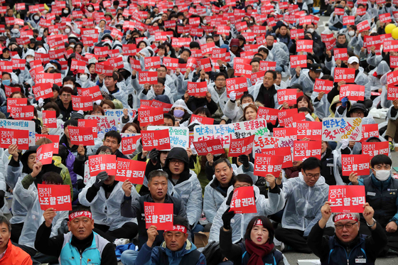 총파업에 나선 민주노총 소속 조합원들이 21일 서울 여의도 국회의사당 앞에서 집회를 갖고 있다. 김상선 기자