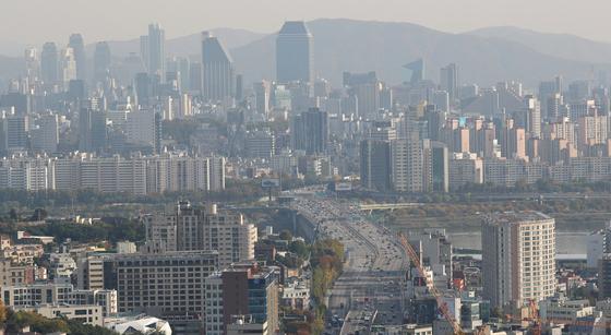 지난 3년간 크게 늘어난 주택 입주와 매매거래로 서울 주거여건이 얼마나 좋아졌을까. 사진은 서울 남산에서 바라본 강남권 일대.