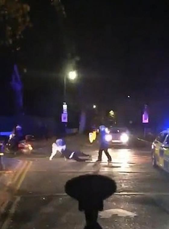 폭행 당하는 경찰 안 돕고 촬영만…英 발칵 그러다간 범죄자 다 놓친다