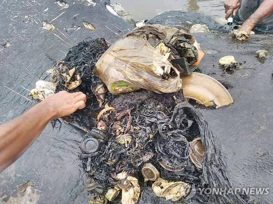 인도네시아 와카토비 국립공원 내 카포타섬 해변 인근에서 발견된 고래 사체 속에서 나온 플라스틱 쓰레기들. [로이터=연합뉴스]