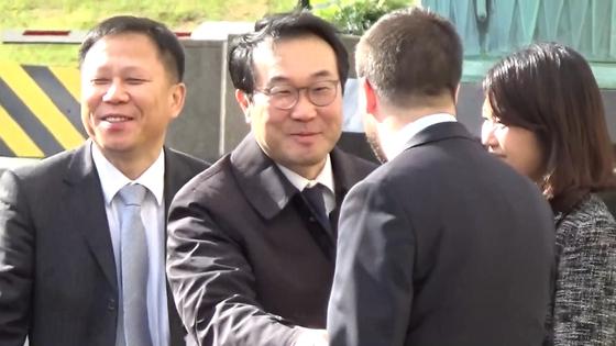 이도훈 외교부 한반도평화교섭본부장이 20일 오후 한미 워킹그룹 1차회의에 참석하기 위해 국무부 청사에 도착해 인사하고 있다.