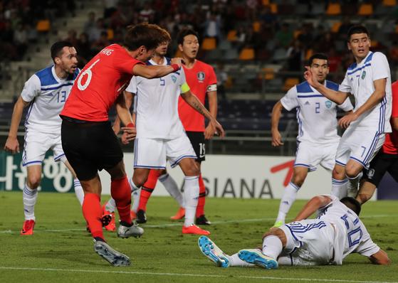 20일 호주 브리즈번 퀸즐랜드 스포츠 육상센터(QSAC)에서 열린 한국과 우즈베키스탄의 축구국가대표 친선경기.   전반 황의조가 팀의 두번째 골을 성공하고 있다. [연합뉴스]