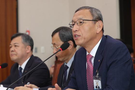 김학규 한국감정원장이 지난 10월 서울 여의도 국회에서 열린 국토교통위원회 국정감사에 출석해 의원들의 질의에 답하고 있다.