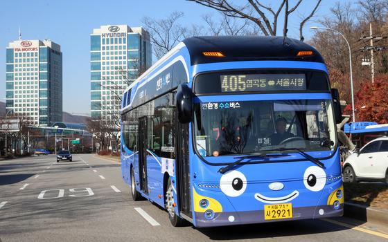 21일 서울시 405번 버스 노선에 투입된 현대차의 3세대 수소전기버스. [사진 현대차]