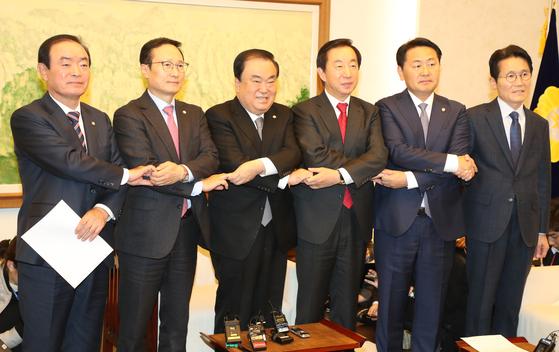여야 5당 원내대표가 21일 오후 문희상 국회의장 주재로 회동을 갖고 국회 정상화에 합의했다. 임현동 기자
