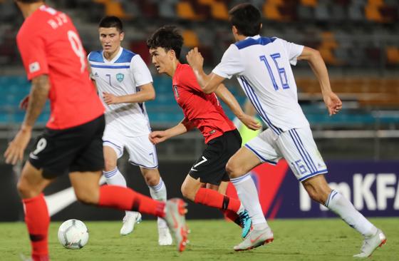 20일 호주 브리즈번 퀸즐랜드 스포츠 육상센터(QSAC)에서 열린 한국과 우즈베키스탄의 축구국가대표 친선경기.  후반 황인범이 공격하고 있다. 한국 4-0 승리. [연합뉴스]