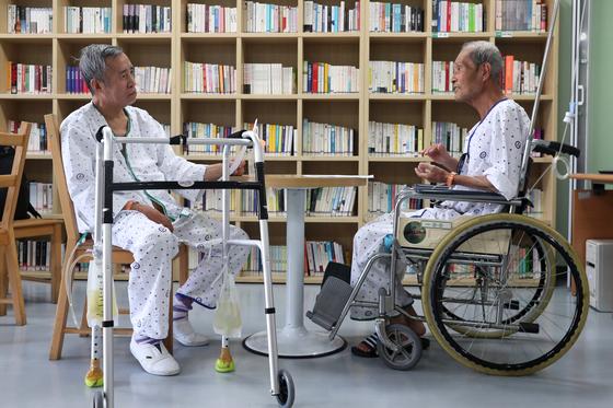 지난달 5일 서울동부병원 호스피스 완화 의료 병동에서 말기암 환자 이승철(왼쪽)·김병국씨가 존엄사 서약서인 연명의료계획서를 보여주며 시간을 보내고 있다. [중앙포토]