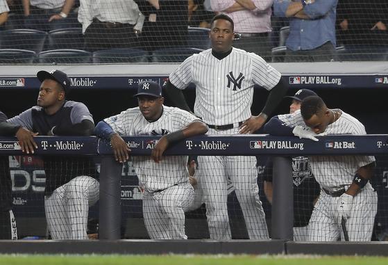 뉴욕 양키스는 지난달 보스턴과의 아메리칸리그 디비전시리즈에서 1승3패를 기록, 탈락했다. 4차전 경기 도중 실망한 표정을 짓는 양키스 선수들. [AP=연합뉴스]