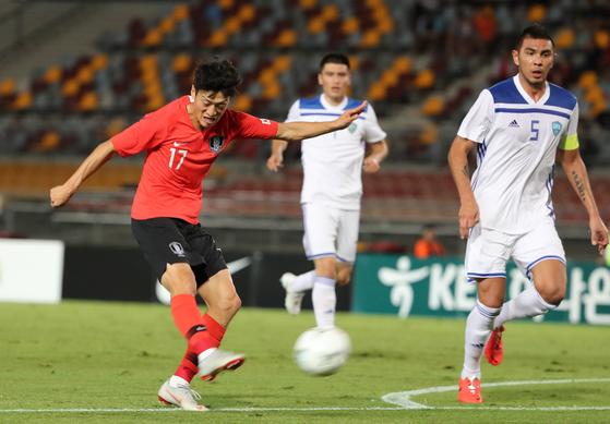 20일 호주 브리즈번 퀸즐랜드 스포츠 육상센터(QSAC)에서 열린 한국과 우즈베키스탄의 축구국가대표 친선경기.   전반 이청용이 슛을 시도하고 있다. [연합뉴스]