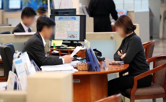 서울 시내 한 은행의 대출 상담 창구 모습. [연합뉴스]