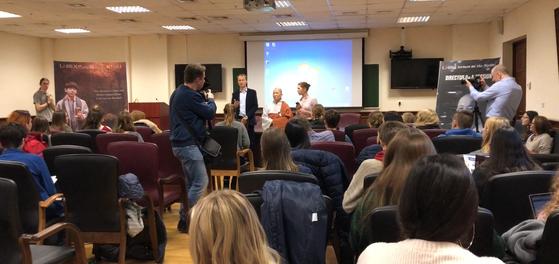 모스크바 대학의 철학부 학생들에게 대해 스님이 영화 '산상수훈'에 대한 강연을 한 뒤 대화를 나누고 있다. [사진 대해사국제선원]