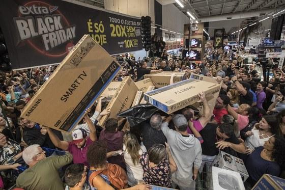 지난해 블랙프라이데이 세일 시즌에 브라질 상파울로에서 시민들이 삼성전자 TV를 사기 위해 몰려들고 있다.[EPA]
