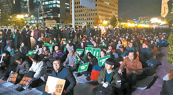 시민단체와 원내외 소수정당이 지난달 31일 저녁 국회 정문 앞에서 개최한 '아주 정치적인 밤' 문화제. [사진 정치개혁공동행동]