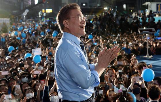 지난해 5월 대선 마지막 유세를 펼치고 있는 문재인 당시 더불어민주당 대통령 후보. [뉴시스]