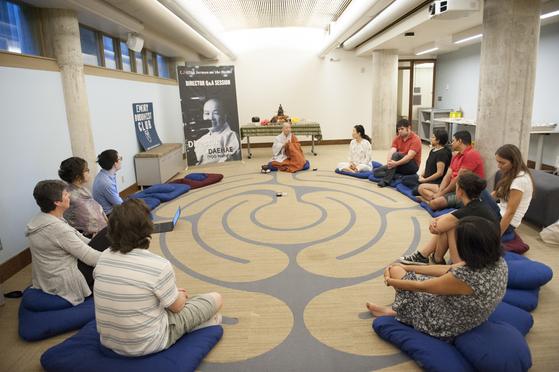 대해 스님이 미국 에모리 대학교의 학생들과 함께 영화 '산상수훈'에 대한 문답을 나누고 있다. [사진 대해사]