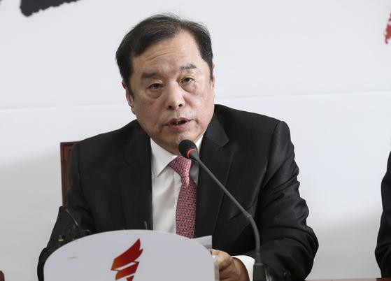 자유한국당 김병준 비상대책위원장이 22일 오전 국회에서 열린 비상대책위원회 회의에서 모두발언을 하고 있다. 임현동 기자