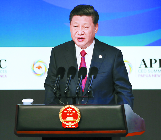 시진핑 중국 국가주석이 지난 17일 파푸아뉴기니에서 열린 아시아태평양경제협력체(APEC) 정상회의에서 연설했다. 시 주석과 마이크 펜스 미국 부통령은 서로를 날카롭게 공격하면서 나머지 회원국을 압박했다. [포트모르즈비 AP=연합뉴스]