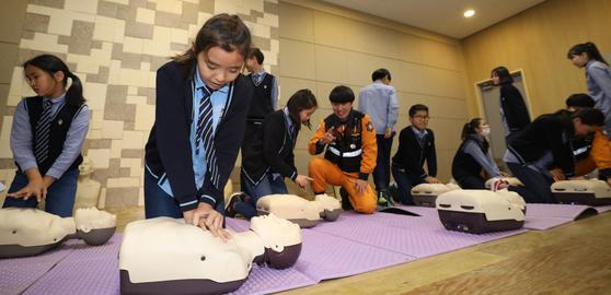 지난 8일 서울 광진구 재한몽골학교에서 학생들이 심폐소생술을 체험하고 있다. 소방청은 학생을 대상으로 소방시설 사용법과 심폐소생술, 대피방법 등을 교육했다. [연합뉴스]