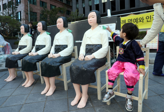 지난해 세계 위안부의 날을 맞아 동아운수 151번 버스에 태워졌던 '평화의 소녀상'들이 일본대사관 앞에 놓여 있다. [연합뉴스]