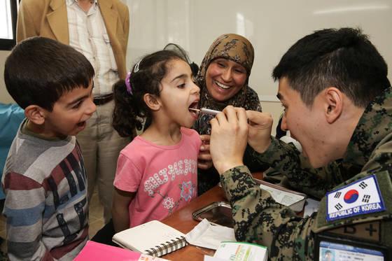 동명부대 치과 군의관이 책임지역 마을 주민을 대상으로 의료지원을 하고 있다. [사진 합참]