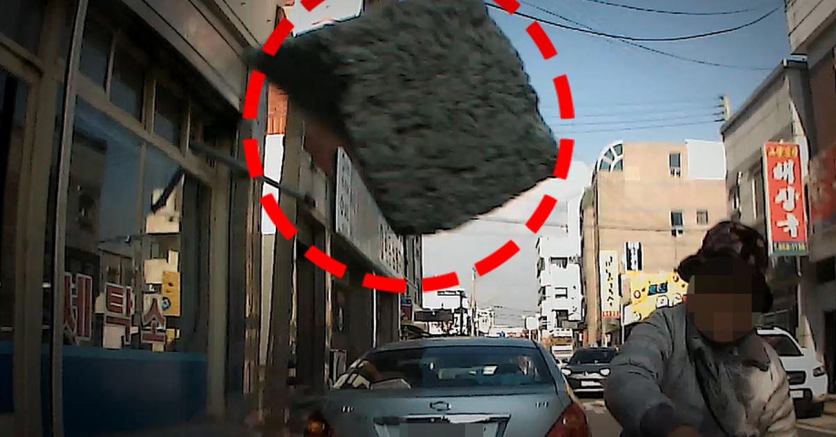 피해 차량 블랙박스에 찍힌 벽돌 던지는 할머니. [연합뉴스]