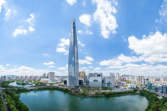 지상 123층의 잠실 롯데월드타워 내 고급 주거용 오피스텔인 시그니엘 레지던스의 예정 기준시가가 공개됐다. 뭉칫돈이 몰리며 분양률도 올라가고 있다.