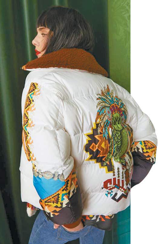 에트로의 구스다운 재킷은 눈처럼 새하얀 바탕에 미국 원주민에서 영감을 받은 토속적인 기하학 프린트와 동물 프린트가 특징인 제품이다. [사진 에트로]