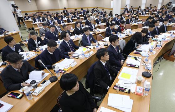 19일 경기 고양시 사법연수원에서 열린 제2차 전국법관대표회의가. 전국 법관 2900여명 중 105명의 대표 판사가 참석해 다수결로 '재판 거래' 관련 법관 탄핵에 대한 의견을 의결했다. [중앙포토]