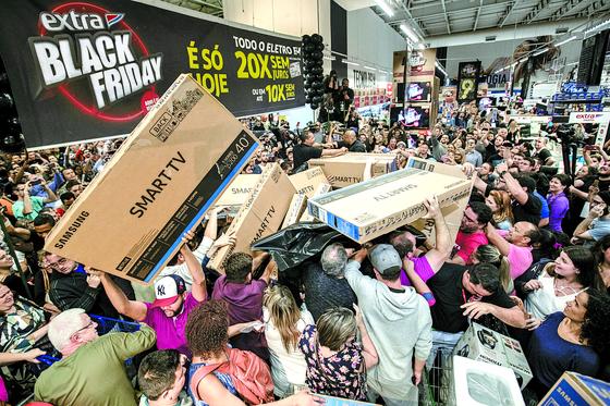 지난해 11월 브라질 상파울로에서 시민들이 삼성전자 TV를 사기 위해 몰려들고 있다. [중앙포토]