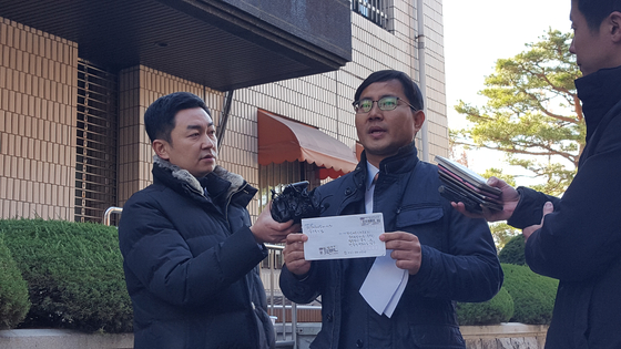 백종덕 변호사가 23일 수원지검에서 '함바 비리에 연루된 경찰 간부 2명을 고발하겠다'고 밝히고 있다. 최모란 기자