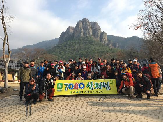 주왕산 기암괴석이 대전사 병풍마냥 위풍당당하게 서 있다. [사진 하만윤]