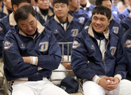 지난달 25일 열린 이동욱 감독 취임식에 참석한 손민한(왼쪽)·이종욱 코치. [연합뉴스]