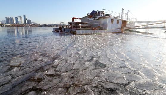 서울지역 아침기온이 영하 15도를 기록하는 등 올 겨울 들어 가장 큰 추위를 기록한 지난 1월 12일 오전 서울 여의도 부근 한강이 얼어있다. [중앙포토]