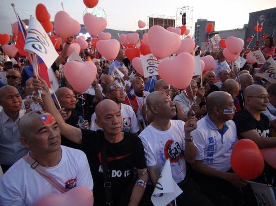 23일 대만 지방선거 마지막 유세가 펼쳐지는 한궈위 국민당 가오슝 시장 후보 유세장에 227명의 대머리 지지자가 VIP 좌석에서 구호를 외치고 있다. [사진=대만 연합보]