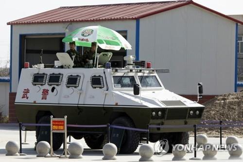 신장위구르 지역에 있는 공안경찰들. [AP=연합뉴스]