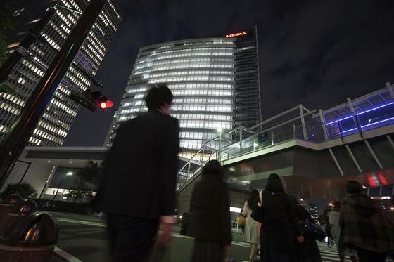 22일 밤 임시이사회가 열린 일본 요코하마 닛산 본사 주변의 모습.[AP=연합뉴스]