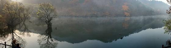 동틀 무렵의 주산지. 물안개가 피어올라 몽환적이다. [사진 하만윤]