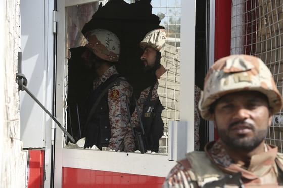 총격, 자살폭탄 테러 공격이 시도된 파키스탄 카라치의 중국 영사관. 파키스탄군이 영사관을 지키고 있다. [AP=연합뉴스]