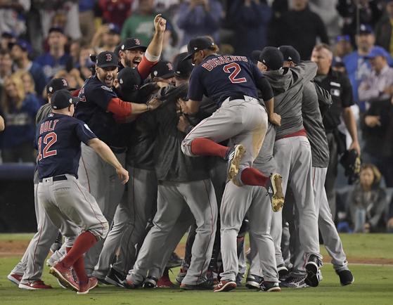 보스턴 선수들이 10월 29일 월드시리즈 5차전에서 승리한 뒤 우승의 기쁨을 나누고 있다. [연합뉴스]