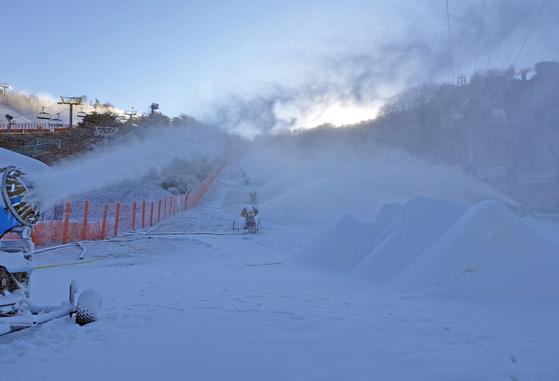 22일 강원 홍천에 있는 비발디파크 스키장이 슬로프에 인공눈을 뿌리며 제설작업을 본격화하고 있다. [연합뉴스]