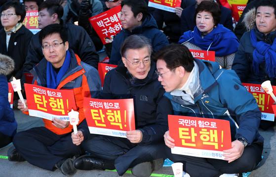 지난해 3월4일 촛불집회에 참석해 대화하는 문재인 대통령과 이재명 성남시장. 김성룡 기자