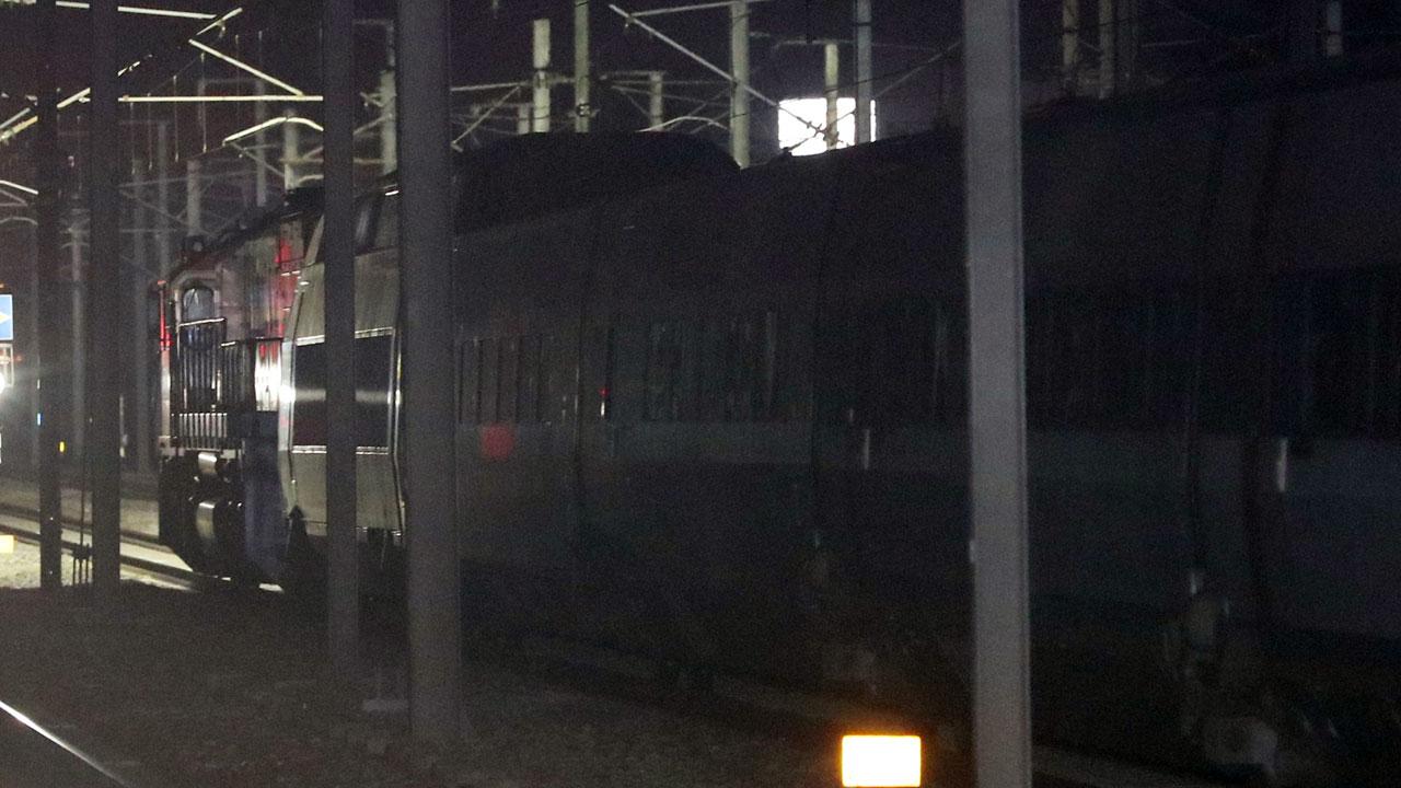단전으로 멈춰서고 고장난 KTX 414열차를 디젤기관차가 견인하고 있다. [연합뉴스]