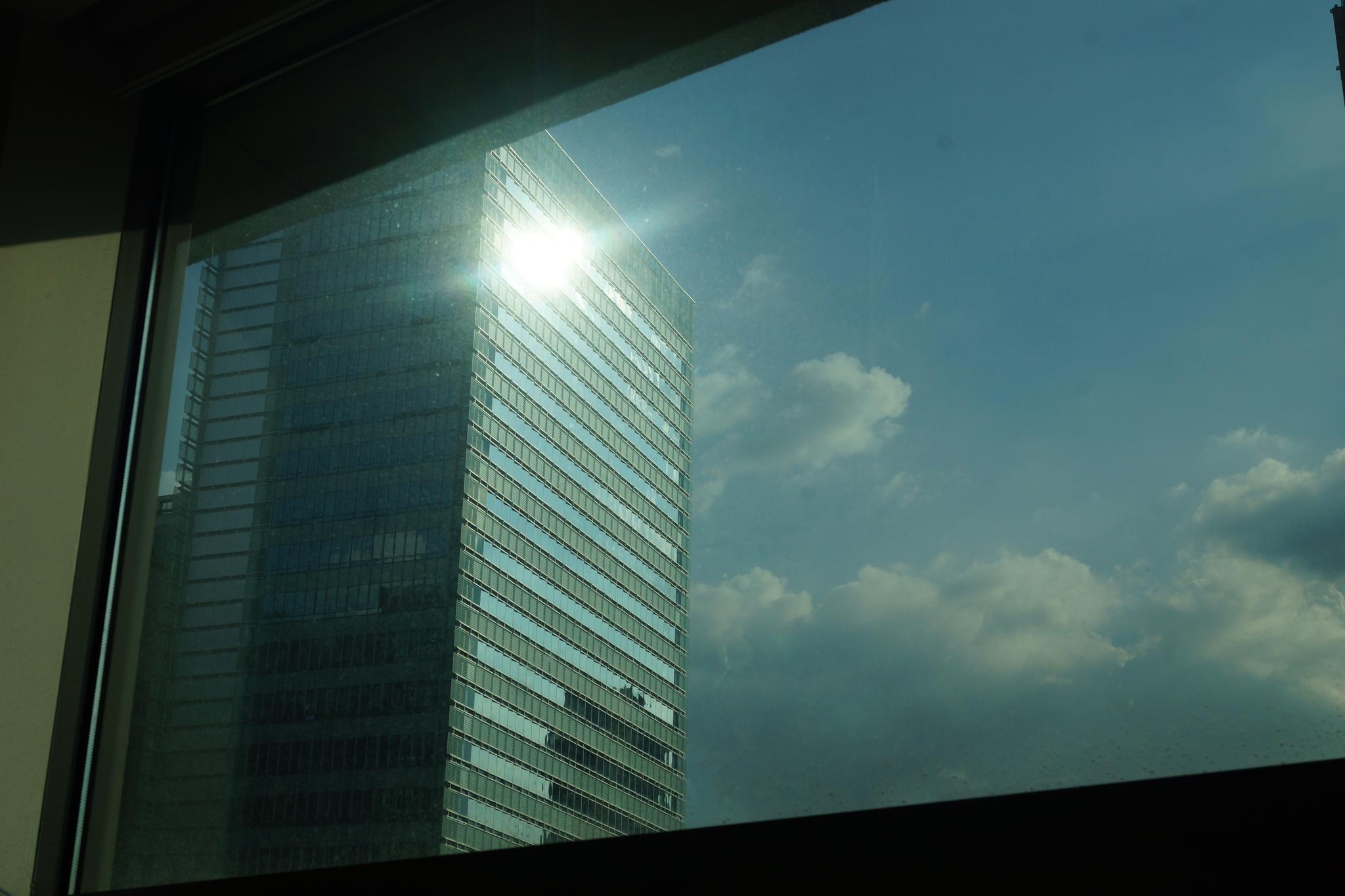건물 유리창에 반사되는 태양광. 강찬수 기자
