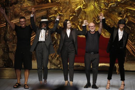 지난 6월 이탈리아 밀라노에서 열린 2019 봄여름 남성복 패션쇼에서 인사하는 스테파노 가바나(왼쪽)와 도메니코 돌체(오른쪽에서 두번째). [AP=연합뉴스]