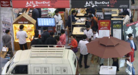 '2016 부산 창업박람회'에서 예비창업자들이 전시장을 둘러보고 있다. 이 박람회는 창업을 준비하는 이에게 다양한 창업정보를 제공한다. [중앙포토]