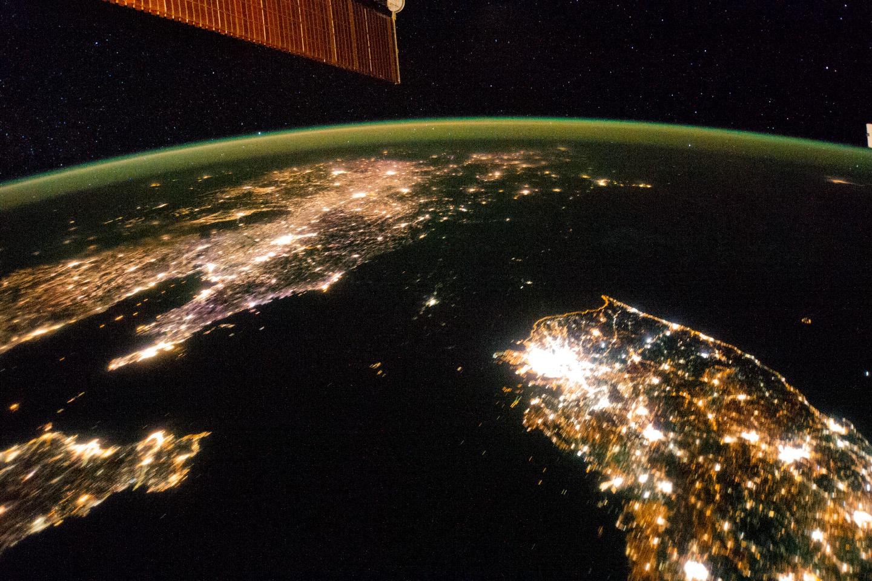 한반도 남쪽은 야간 조명으로 눈이 부시지만, 북한은 평양을 제외하면 캄캄하다. [사진 NASA]